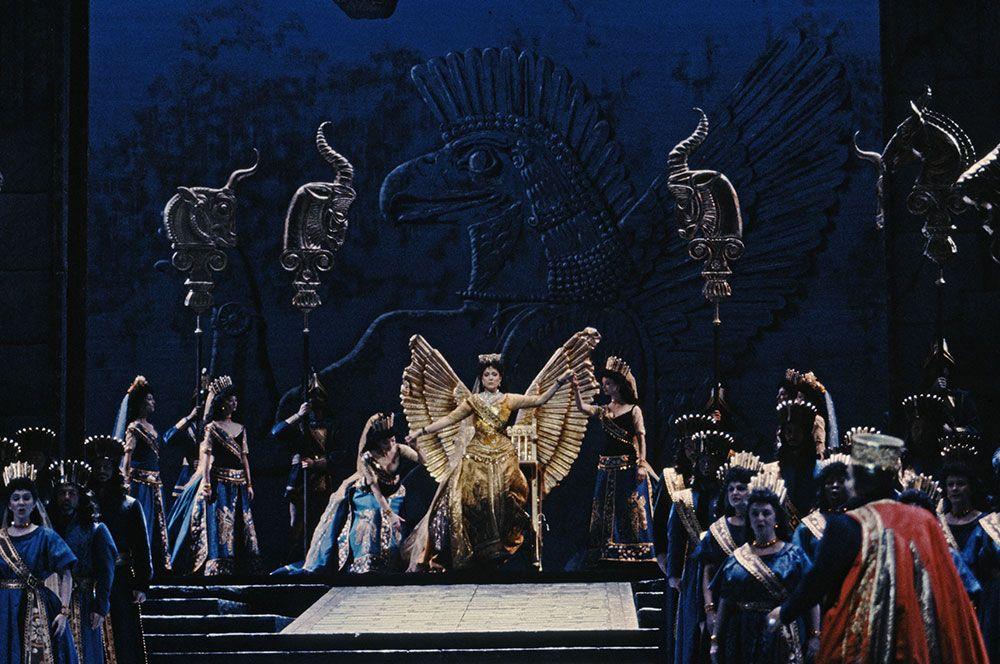 Η Angela Meade κάνει το ντεμπούτο της στην Met ως Σεμίραμις 0aa58dd3ce7